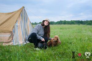 mujer con su perro en el campo