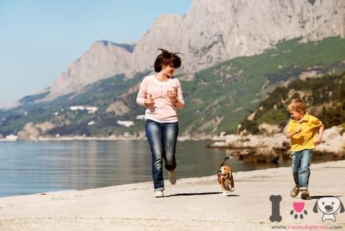 Familia corriendo con su perro