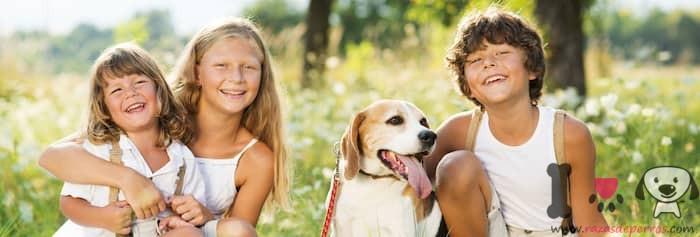 niños con su perrita beagle